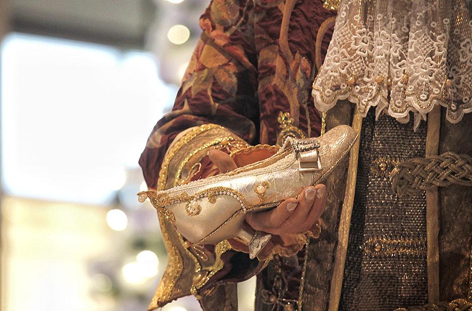 Prinzenhand mit Aschenputtels Schuh