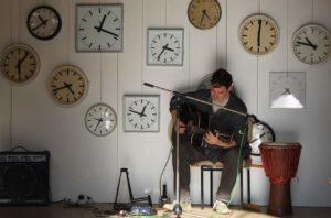 Gitarrist mit Uhrenensemble