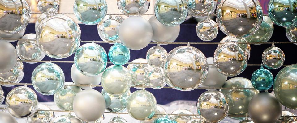 Weihnachtskugeln in eisblau und silber
