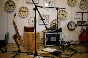 InstrumentensInstrumentenstillleben vor Uhrenensemle